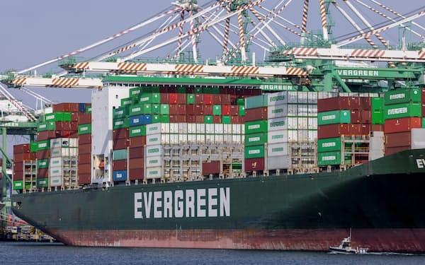 米ロサンゼルス港に停泊するコンテナ船。海運を脱炭素化するためには、船隊の再構築や新燃料の生産に多額の投資が必要だ=ロイター