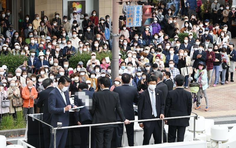 党首の街頭演説を聞く有権者(20日午前、兵庫県尼崎市)=一部画像処理しています