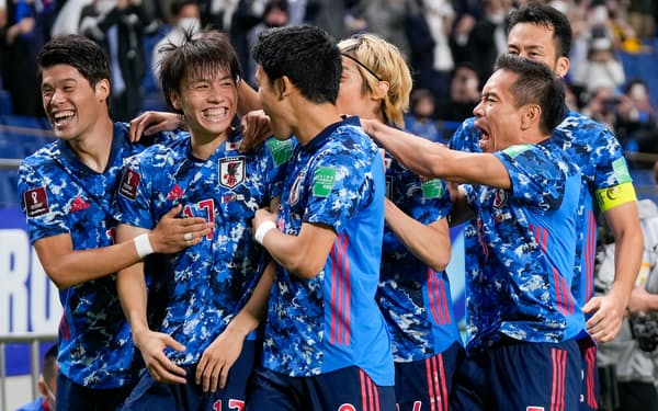 オーストラリア戦の勝利は監督、スタッフ、選手が一丸になって戦えた試合だった(先制点を決めて喜ぶ日本イレブン)=AP