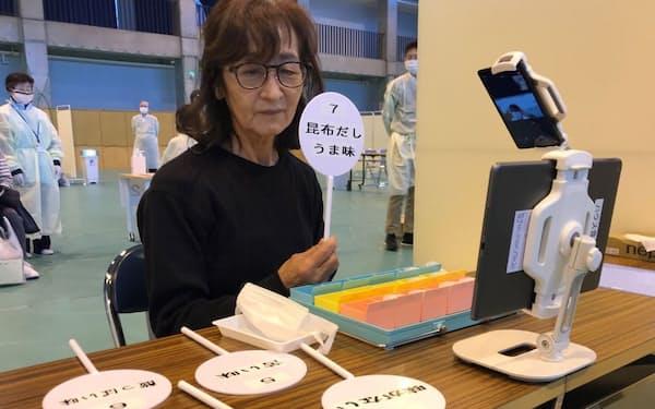微妙に味が違う水を飲み比べる味覚検査(青森県弘前市)