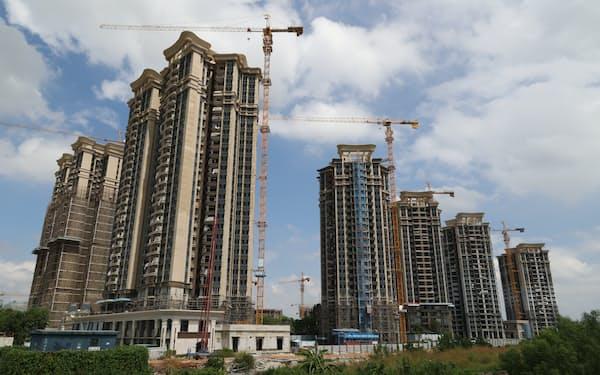 中国恒大集団の工事中のマンション物件(9月24日、広東省広州市南沙区)