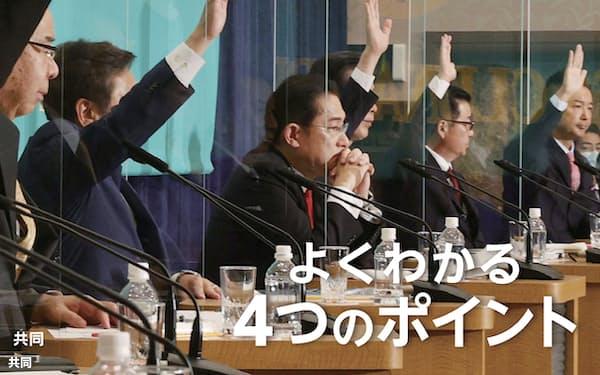日本記者クラブ主催の公開討論会で、選択的夫婦別姓制度の導入を巡って立民、公明、共産各党などの8党首が来年の通常国会への法案提出に「賛成」の挙手をする中、手を挙げなかった自民党総裁の岸田首相(左から3人目)=18日午後、東京・内幸町