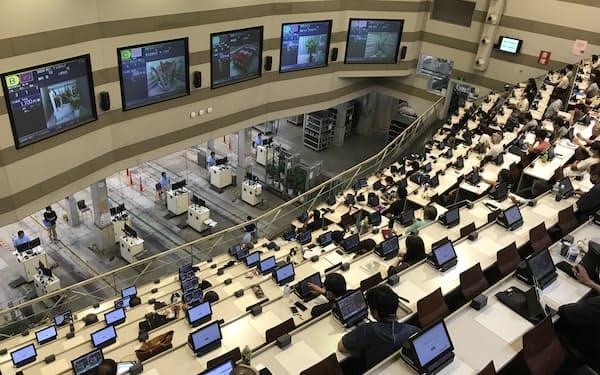 パソコンやスマホで競りに参加できる(市場内の競りの様子、21年10月、愛知県豊明市)
