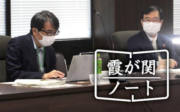 コロナの感染状況を分析する専門家会合に出席した吉田次官(右)=20日