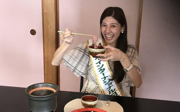 常陸牛のしゃぶしゃぶを味わい「口の中でお肉がとけるよう」と話したミス日本代表の寺内さん(20日、笠間市)