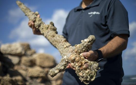 イスラエル北部の地中海沿岸の海底で見つかった剣。刃の長さは約1メートル。900年前の十字軍のものとみられる=AP