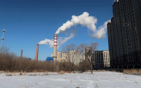 中国は電源構成の過半を火力に頼る(中国の石炭火力発電所=ロイター)