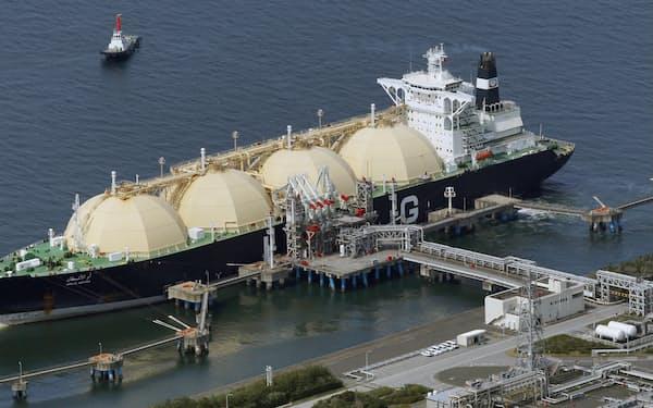東京湾の火力発電所に接岸するLNG船(千葉県)