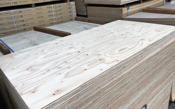 針葉樹合板の在庫は低水準だ(新木場にある合板倉庫)