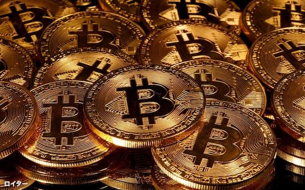 ビットコインを模した「硬貨」=2020年3月(ロイター=共同)