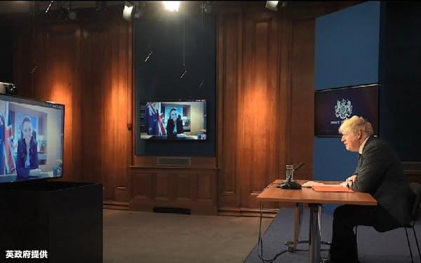 ジョンソン英首相(右)とニュージーランドのアーダーン首相はオンライン会談でFTAの合意を確認した(20日、英政府提供の動画より)