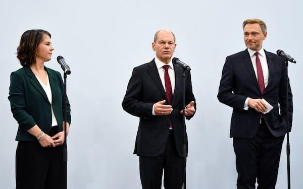 3党連立を目指す緑の党のベーアボック氏㊧、社民党のショルツ氏㊥、FDPのリントナー氏(15日、ベルリン)=ロイター