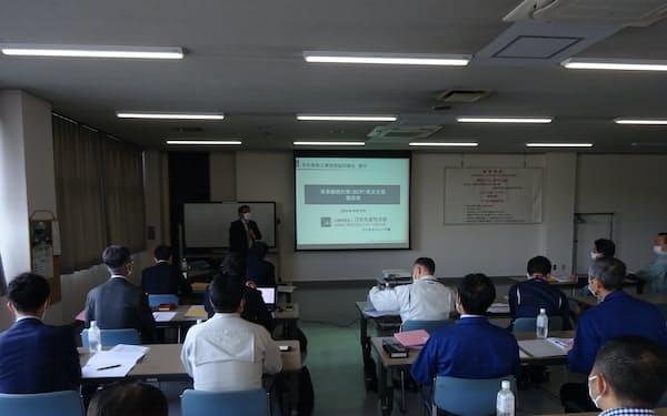 組合員企業が集まり、策定したBCPを確認した(栃木県足利市)
