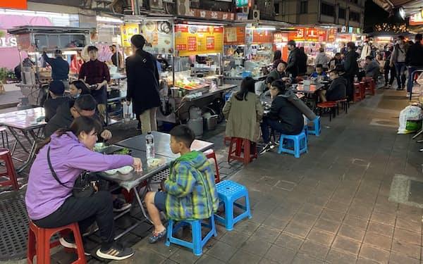 台湾に点在する屋台は今でも庶民の「胃袋」として愛されている(4月、台北市)