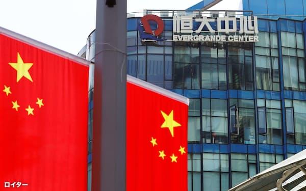 中国恒大の資金繰りは厳しい(上海のオフィスビル恒大中心)=ロイター