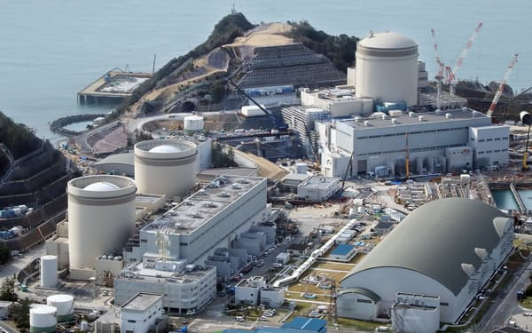 関西電力の美浜原発。右が3号機(福井県美浜町)