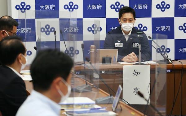 新型コロナウイルス対策本部会議で発言する吉村知事(21日午後、大阪市中央区)