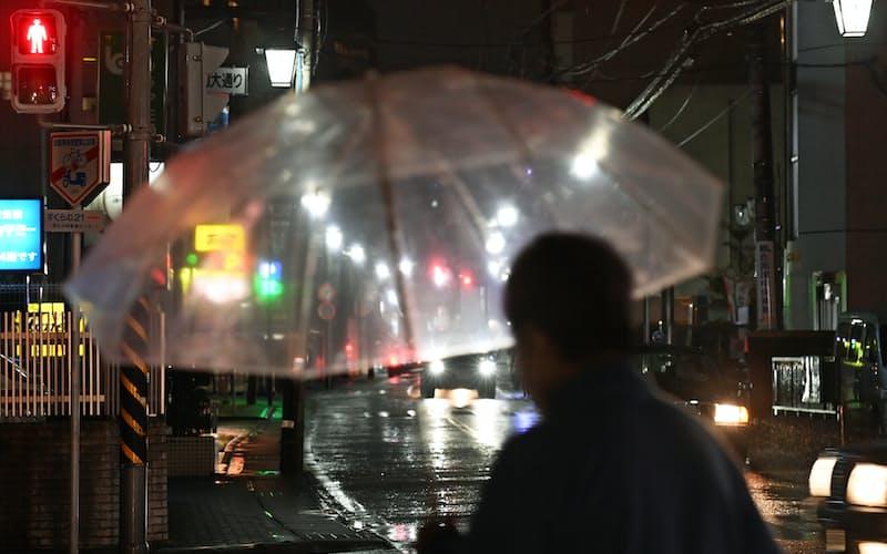 亀屋があった旧大山街道。小雨の中を名も無き人々が行き交う