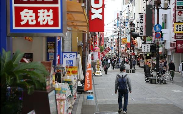 外国人観光客の姿が少ない大阪・ミナミの繁華街(21日、大阪市中央区)