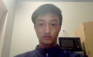 オンラインでプロ転向の記者会見をする男子テニスの望月慎太郎(21日)=共同