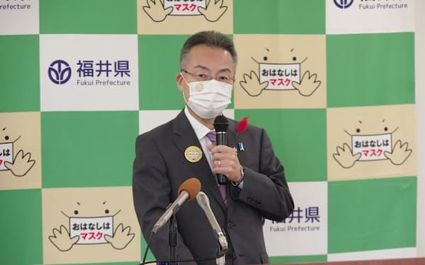 定例会見で発言する福井県の杉本達治知事(21日、福井県庁)