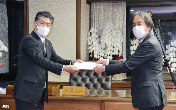 法制審議会の井田会長㊨から答申を受け取る古川法相(21日午後、法務省)=共同