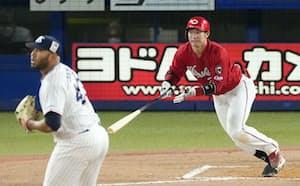 7回広島1死一、三塁、坂倉が右前に勝ち越し打を放つ。投手スアレス(21日、神宮)=共同
