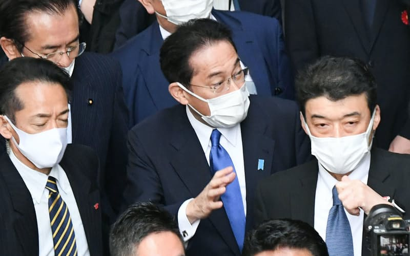 街頭演説を終えて、有権者に手を振る岸田首相(19日、仙台市青葉区)