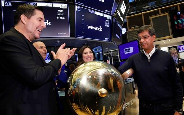 上場を喜ぶウィーワークの経営陣ら(21日、ニューヨーク証券取引所)=ロイター