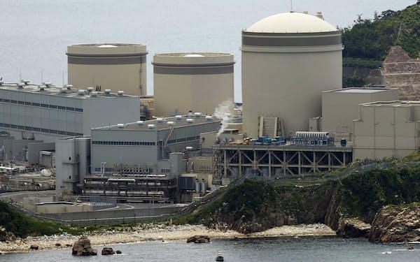 原子力発電の位置付けで主張が分かれる(福井県美浜町の関西電力美浜原発)