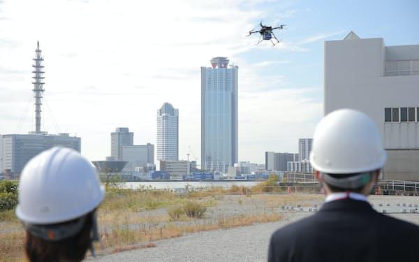 空飛ぶクルマの実用化に向けたドローンを使ったスカイドライブの実証実験(22日、大阪市内)