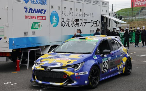 「みえ水素ステーション」で充填する水素エンジン車(三重県鈴鹿市の鈴鹿サーキット)