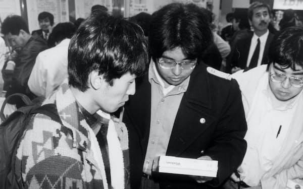 ウィンドウズ95を買い求める人たち(1995年、東京・秋葉原)