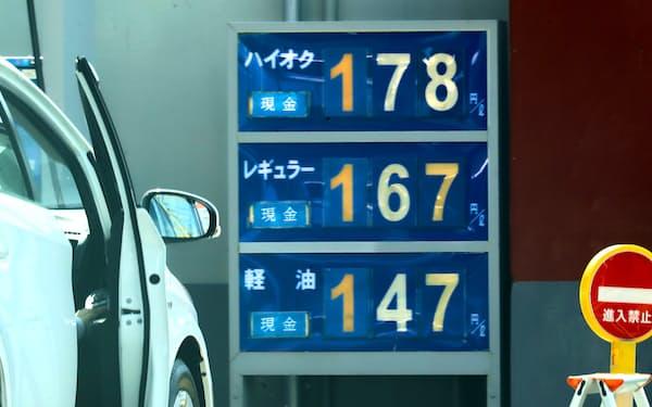 原油高を背景にガソリン価格の高値が続く(10月15日、都内)