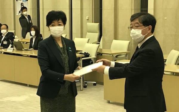 東京都税制調査会は21年度答申を小池知事に提出した(22日)