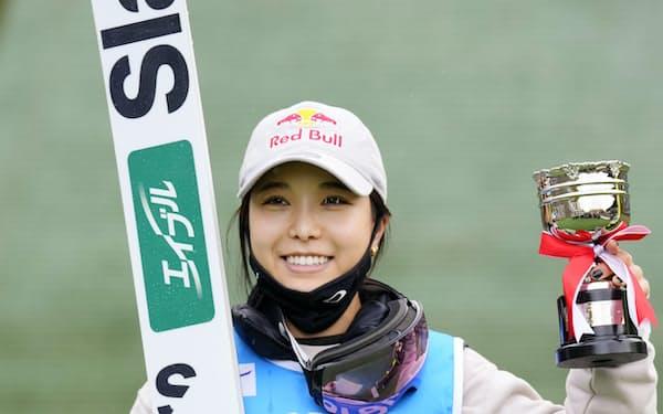 ノーマルヒル女子で逆転優勝し、5連覇を果たした高梨沙羅(22日、宮の森)=共同