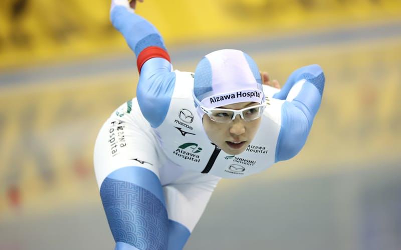 女子500メートルで滑走する小平=上間孝司撮影
