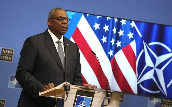 22日、NATO国防相理事会後に記者会見するオースティン米国防長官(ブリュッセル)=AP