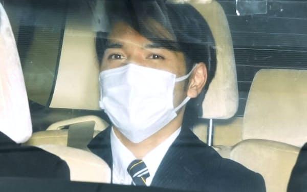 東京都内の法律事務所を出る小室圭さん(18日)=共同