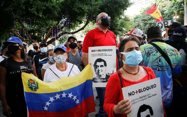 米国に引き渡されたサーブ容疑者の釈放を要求する人々(17日、ベネズエラの首都カラカス)=ロイター