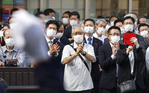 参院静岡選挙区補欠選挙が告示され、立候補者の第一声を聞く有権者ら(7日、静岡市)