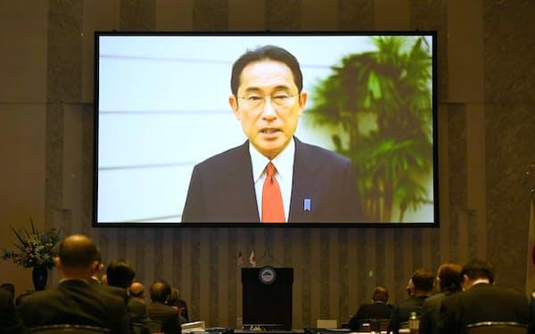ビデオ形式で講演する岸田首相(23日午前、東京都内)
