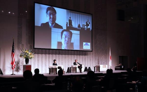 対談する(右から)鈴木一人・東大教授、青山瑠妙・早大教授、(スクリーン内左上)川島真・東大教授。スクリーン内下はモデレーターの森聡・法政大学教授(23日午前、東京都内)