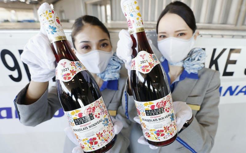 羽田空港に到着したフランス産ワインの新酒「ボージョレ・ヌーボー」(23日午前)=共同