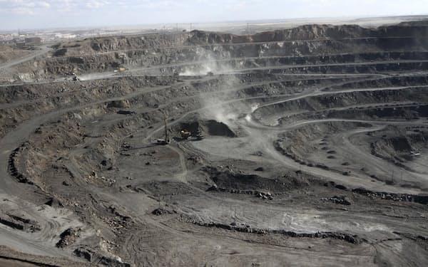 中国内モンゴル自治区のレアアース採掘場(共同)