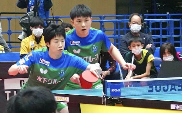 卓球のノジマTリーグ彩たま戦で、ダブルスでプレーする東京の水谷(左)と張本(23日、さわやかアリーナ袋井)=共同