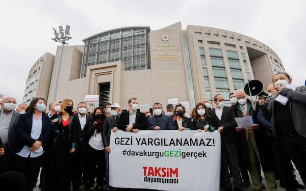 裁判所の前でカバラ氏の解放を求める弁護士や野党議員ら(21日、イスタンブール)=ロイター