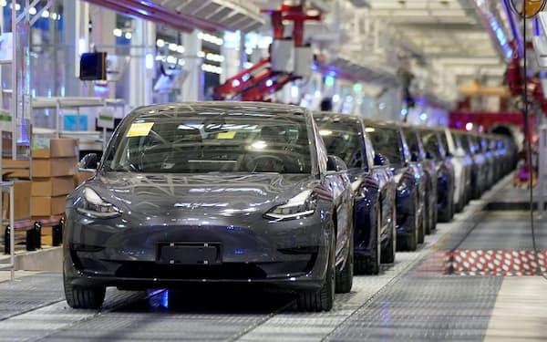 脱炭素の流れを追い風に、EV販売台数の伸びは加速している(テスラの中国・上海工場)=ロイター