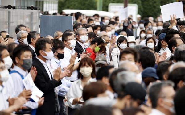 参院静岡選挙区補欠選挙が告示され、街頭演説に集まった有権者ら(7日、静岡市)=共同
