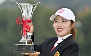 通算12アンダーで優勝し、笑顔でカップを手にする古江彩佳(24日、マスターズGC)=共同